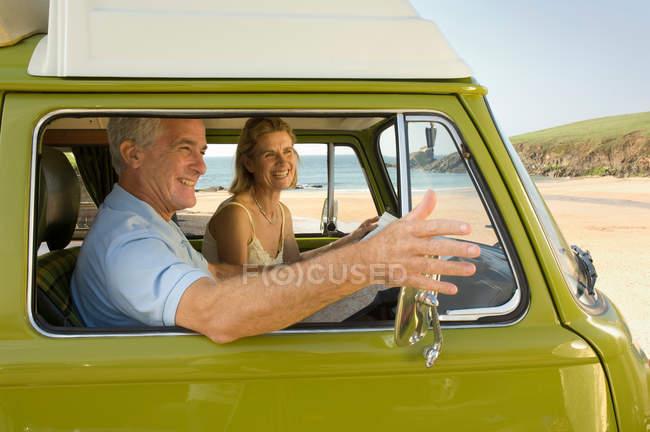 Зрелая пара в фургоне — стоковое фото