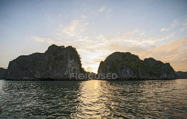 Краєвид чарівних вапняних скель в затоку Халонг на заході сонця, В'єтнам — стокове фото