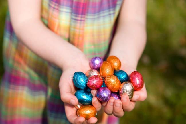 Cropped image de gamin maintenant des oeufs de Pâques en mains — Photo de stock