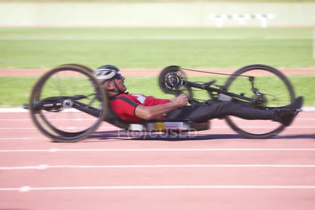 Боковой вид велосипедиста в соревнованиях по паралегкой атлетике — стоковое фото