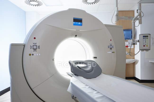 Фронтальний вид томограф в welsh медичний центр — стокове фото
