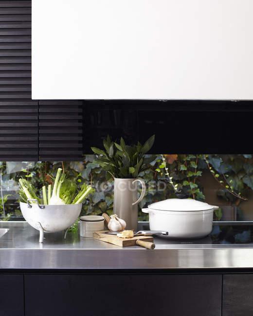 Balcão de cozinha e fogão com placa de desbastamento — Fotografia de Stock