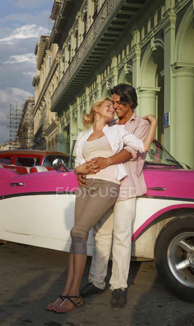 Junges paar gelehnt Oldtimer Cabrio, Havanna, Kuba — Stockfoto