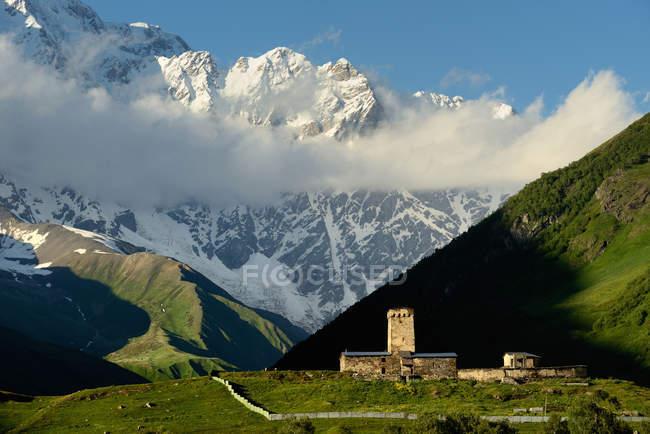 Далеких перегляд старих зруйнованих вежі Svanetian у долині, Ushguli села, Сванеті, Грузія — стокове фото