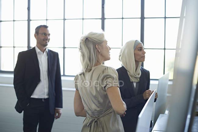 Équipe d'affaires présentant des idées dans le bureau — Photo de stock