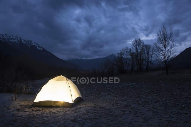 Tenda iluminada à noite — Fotografia de Stock