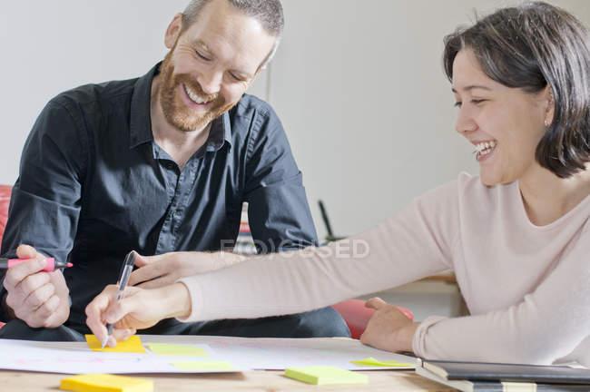 Мужчина и женщина смеются при встрече — стоковое фото