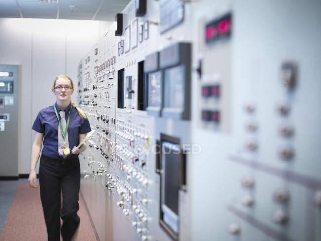 Engenheira mulher no simulador da sala de controle da central nuclear — Fotografia de Stock
