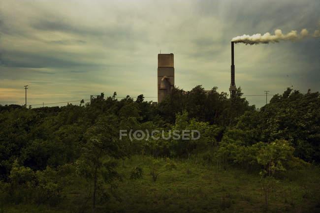 Vista a distanza del camino di fabbrica con fumo — Foto stock