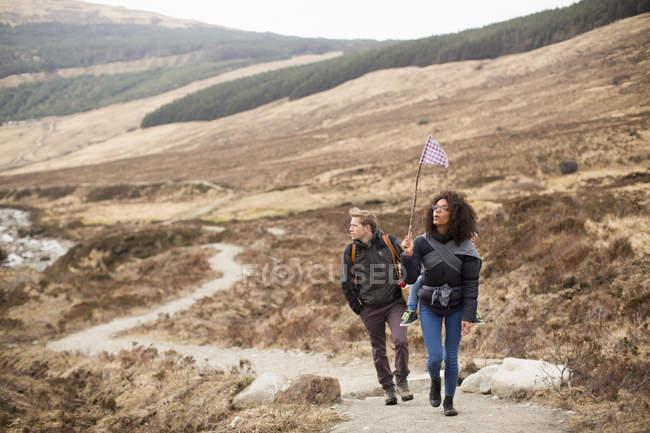 Escursioni in famiglia, Fairy Pools, Isola di Skye, Ebridi, Scozia — Foto stock