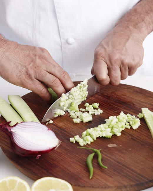 Cropped image du cuisinier prépare le Curry à la cuisine — Photo de stock