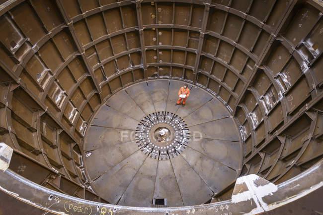 Ingénieur inspectant la fabrication marine utilisée pour la pose de câbles, vue grand angle — Photo de stock