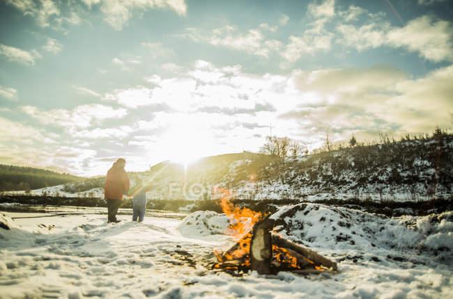 Бабуся і маленький онук взимку сонячне світло — стокове фото