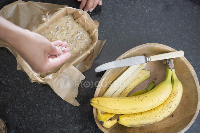 Cropped image de femme prépare le pain aux bananes dans cuisine — Photo de stock