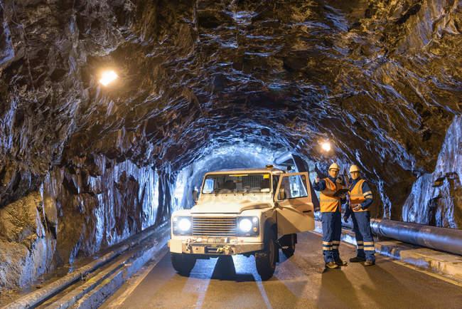 Работники коммунального транспорта в тоннеле ГЭС — стоковое фото