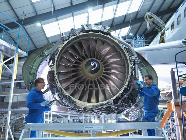 Інженерів, що працюють на авіаційного двигуна в літакобудівний завод технічного обслуговування — стокове фото