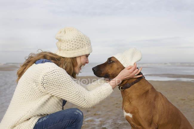 Портрет середині дорослу жінку і собака на пляжі, Bloemendaal aan Zee, Нідерланди — стокове фото