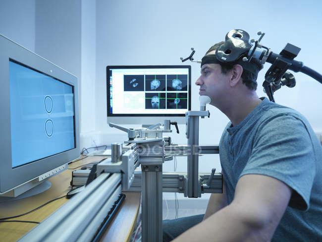 Paciente en experimento transcraneal de estimulación magnética - foto de stock