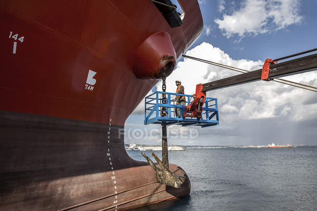 Worker on viewing platform inspecting oil tanker — Stock Photo