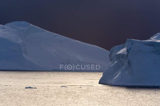 Nuages d'orage sur les icebergs dans le fjord glacé d'Ilulissat, Disko Bay, Groenland — Photo de stock