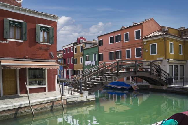 Multi couleur maisons et pont-canal, Burano, Venise, Italie — Photo de stock