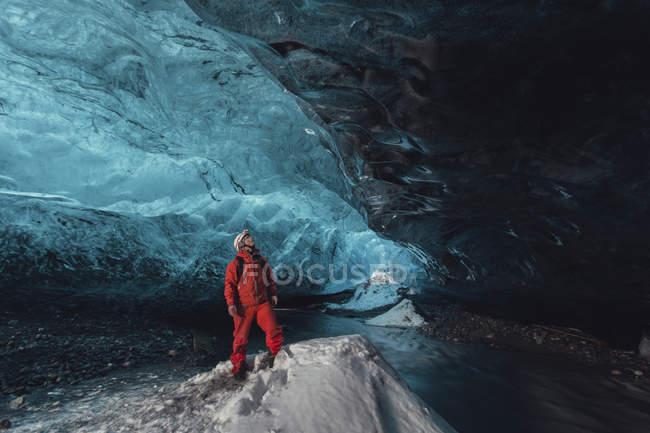 Homme regardant vers le haut dans la grotte de glace, glacier Vatnajokull, parc national Vatnajokull, Islande — Photo de stock