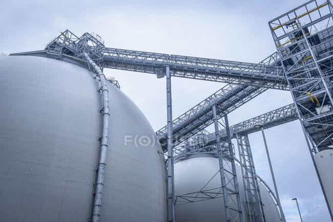 Vista de ángulo bajo de las estructuras metálicas de las instalaciones de biomasa - foto de stock