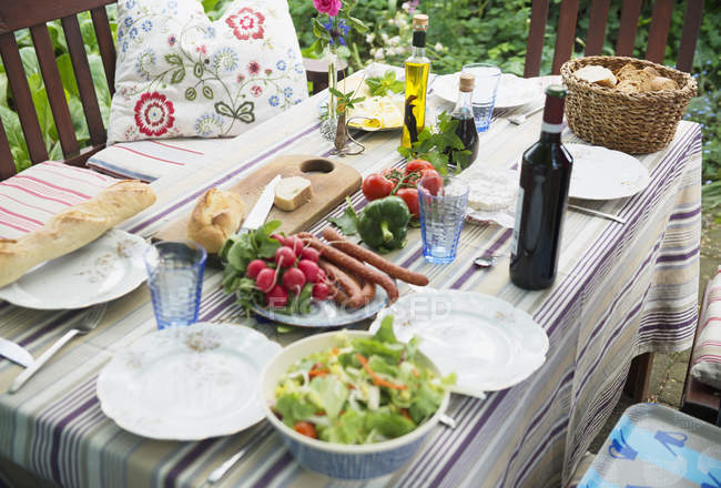Mesa para la comida de al aire libre al aire libre - foto de stock