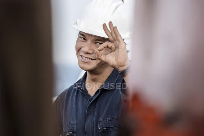 Portrait de travailleur sur pétrolier faisant un geste correct — Photo de stock