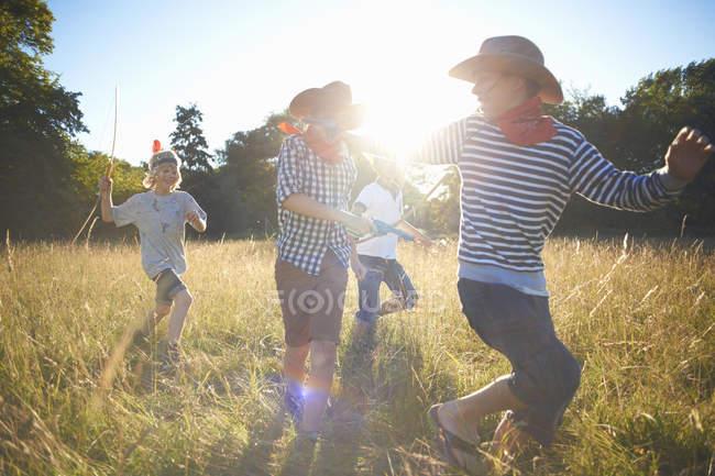 Група маленьких хлопчиків, які грають у польових — стокове фото