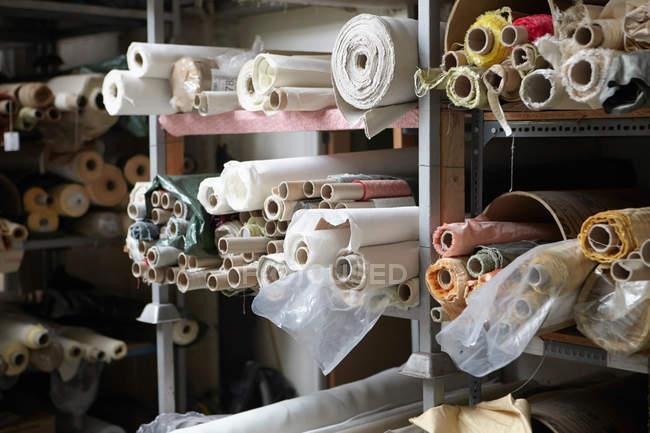Tecido na fábrica de têxteis — Fotografia de Stock