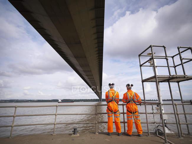 Вид сзади на работников моста под подвесным мостом, Хамбер Бридж — стоковое фото