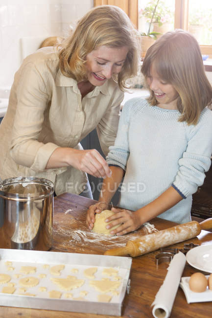 Madre e hija haciendo galletas - foto de stock