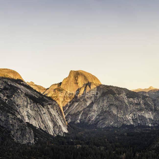 Підвищені подання лісом долини і гори на заході сонця, Національний парк Йосеміті, Каліфорнія, США — стокове фото