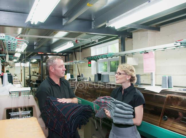 Trabalhadores com a tela na fábrica do vestuário — Fotografia de Stock