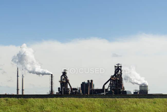 Dampfwolken aus Gießerei, Ijmuiden, Nordholland, Niederlande — Stockfoto