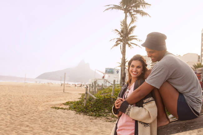 Young couple on Ipanema Beach, Rio de Janeiro, Brazil — Stock Photo
