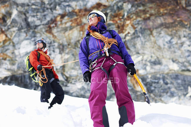 Mountaineers on snow-covered mountain looking away — Stock Photo