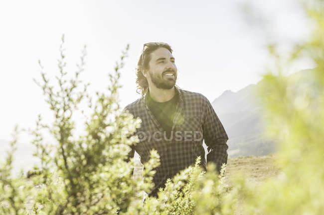 Mann, die Wiesen am sonnigen Tag genießen — Stockfoto