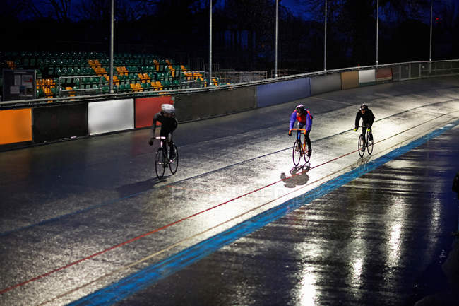 Junge erwachsene Radfahrer rasen auf Velodrom-Strecke — Stockfoto