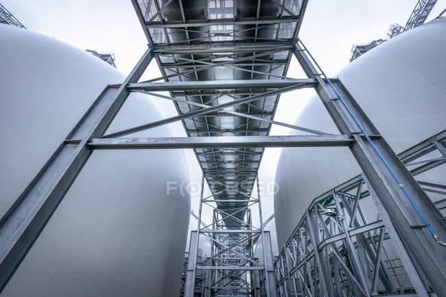 Низький кут зору електростанція конструкцій — стокове фото