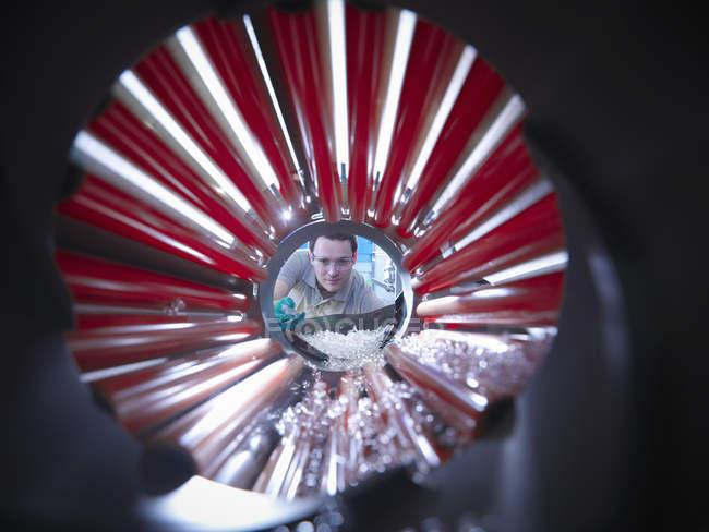Arbeiter inspizieren Teile aus Kunststoff-Spritzgießmaschine in Kunststofffabrik — Stockfoto