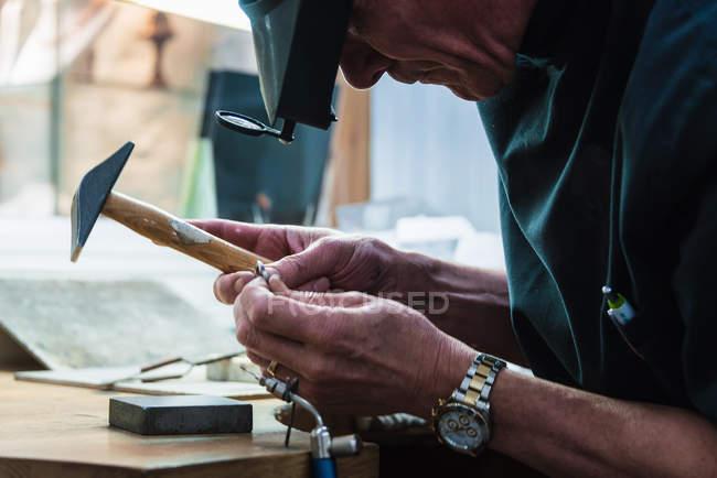 Продукція ювелірна майстром вивчення платинової кільце — стокове фото