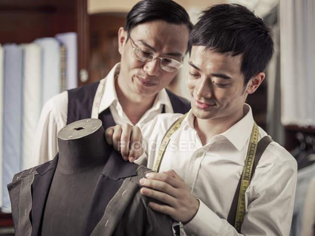 Père, fils de famille couture entreprise de surveillance — Photo de stock