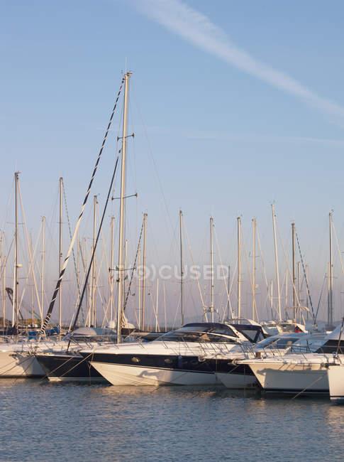 Yachten ankern in der kleinen, küstennahen Stadt Talamone am Mittelmeer in der Toskana, Italien — Stockfoto