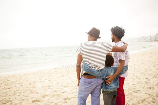 Сім'я трьох поколінь насолоджуючись пляж, Ріо-де-Жанейро, Бразилія — стокове фото