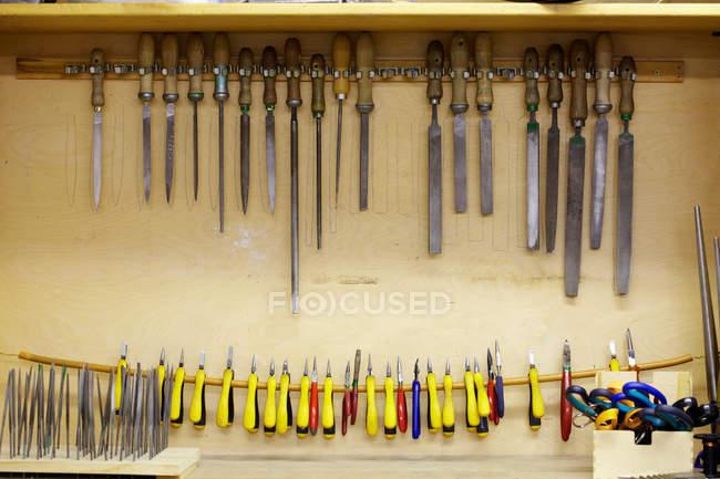 Outils de menuiserie stockés dans une armoire à la main — Photo de stock
