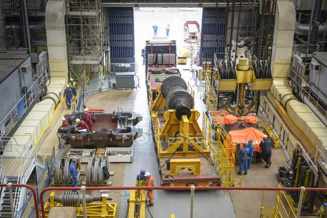 Turbina su camion nella sala turbine durante l'interruzione della centrale elettrica, vista ad angolo elevato — Foto stock