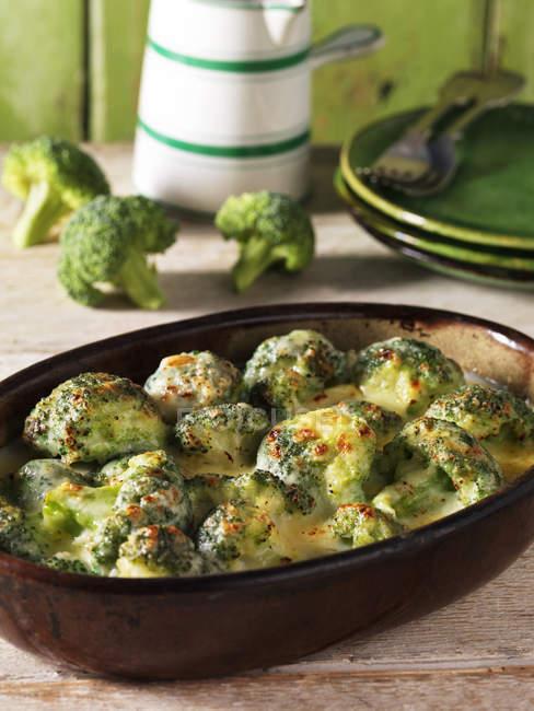 Cazuelita de lado con gratinado de brócoli y queso - foto de stock
