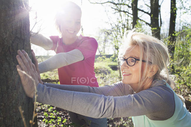 Frauen im Wald lehnen sich an Baum — Stockfoto